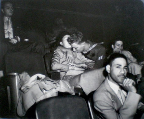 couple d'amoureux au cinéma, c. 1950
